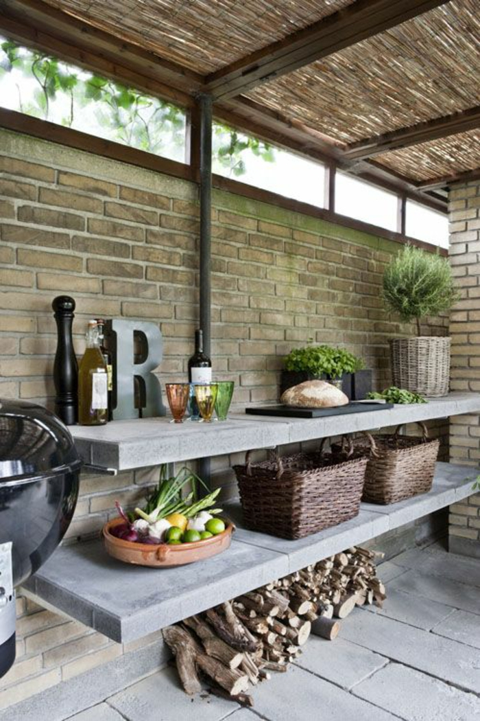 Sommerküche mit Ziegelwand, Holzdach und Marmorregalen