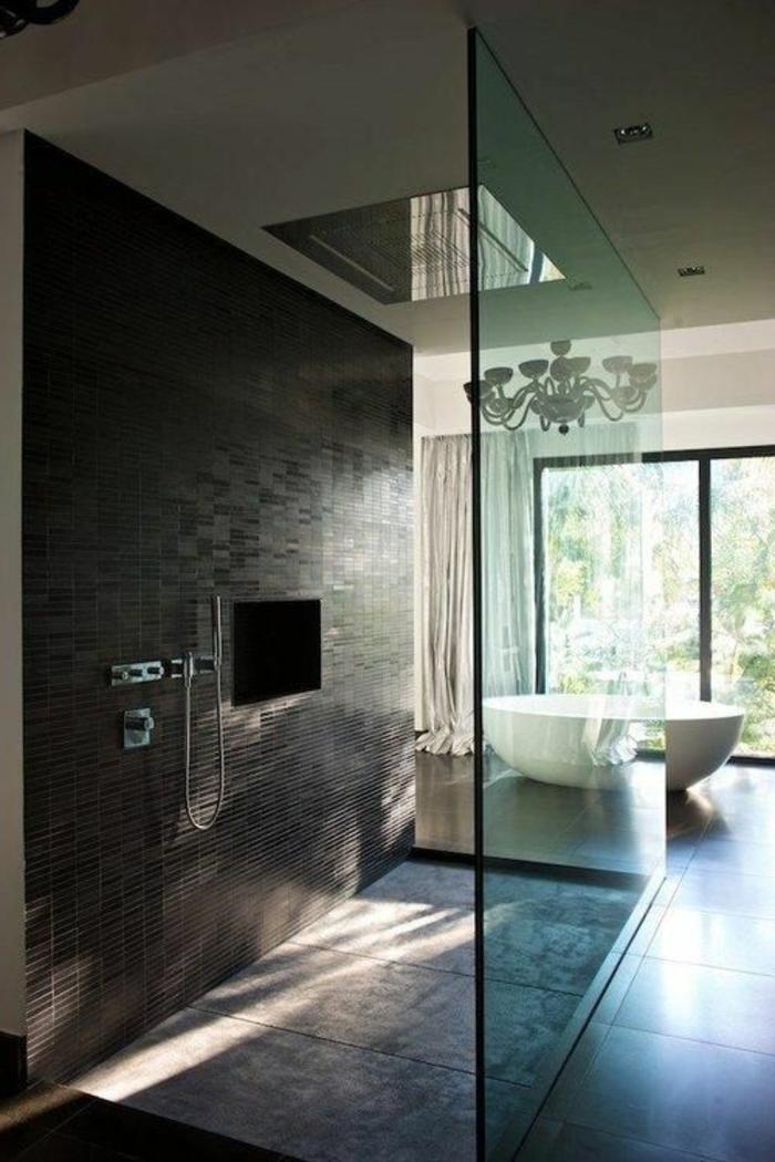 traumbad mit braunen fliesen und duschkabine aus glas