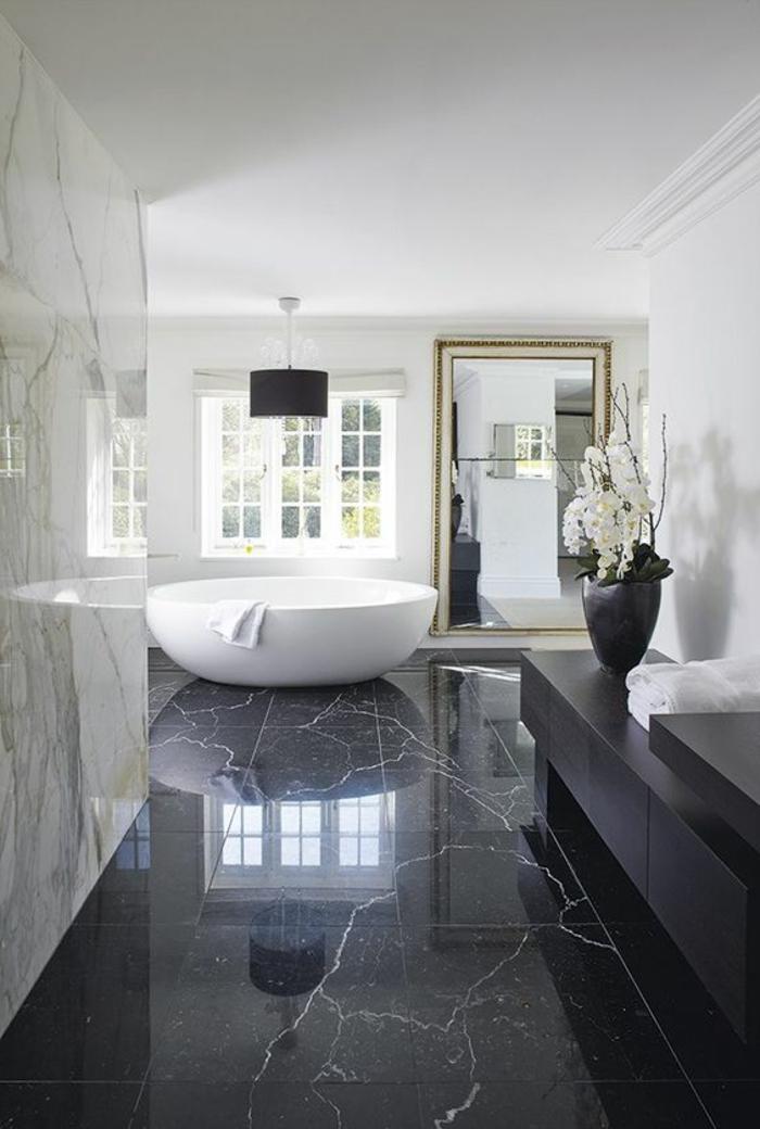 traumbad mit marmor und runder, weißen badewanne