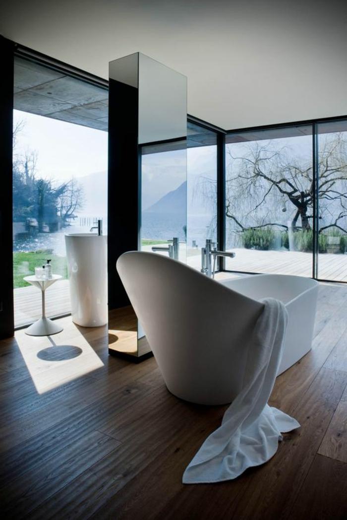 traumbad mit weißer badewanne und großem fenster