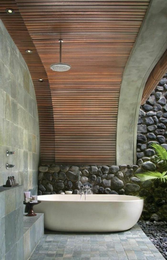 Traumbad Mit Fliesen Aus Naturstein Und Dach Aus Holz
