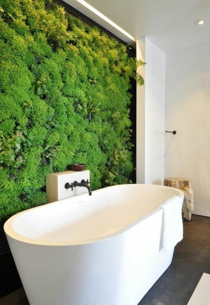 badezimmer gestalten mit einer freistehende badewanne und vielen grünen pflanzen