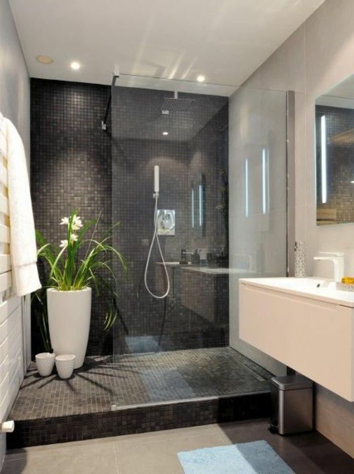traumbäder mit grauen mosaikfliesen und duschkabine