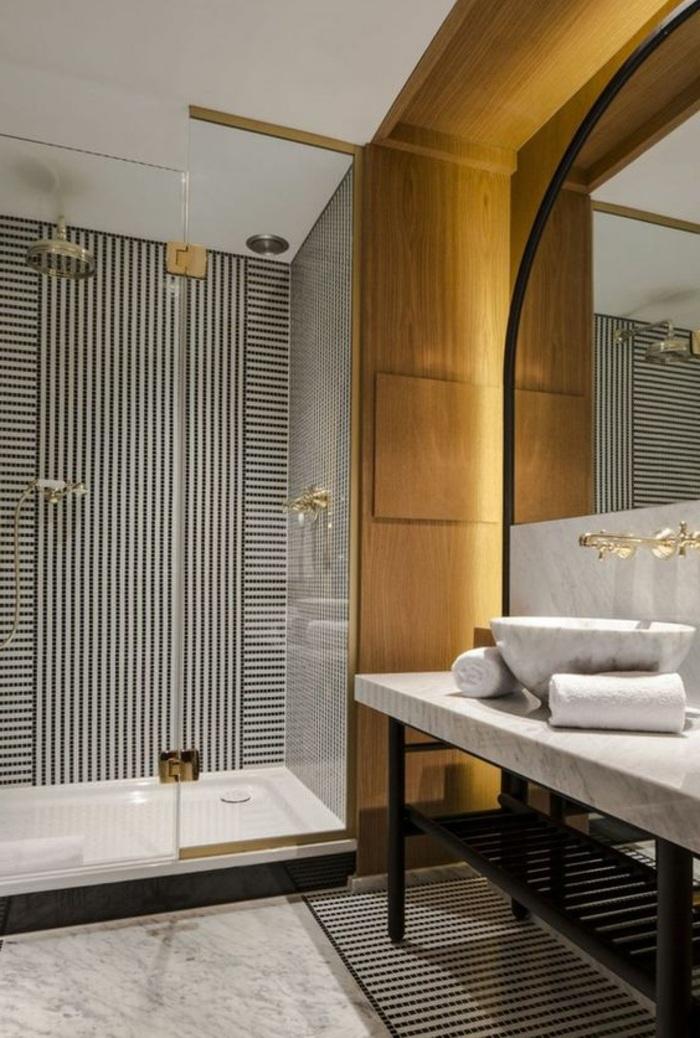 schöne bäder mit duschkabine aus glas und großem spiegel