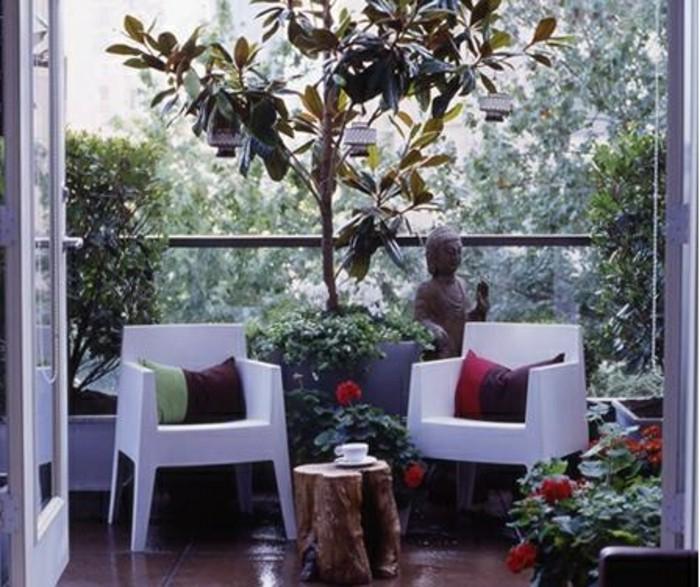balkon-deko-asiatischer-stil-buddah-statue-weiße-plastikstühle-tisch-massivholz-braune-bodenfliesen