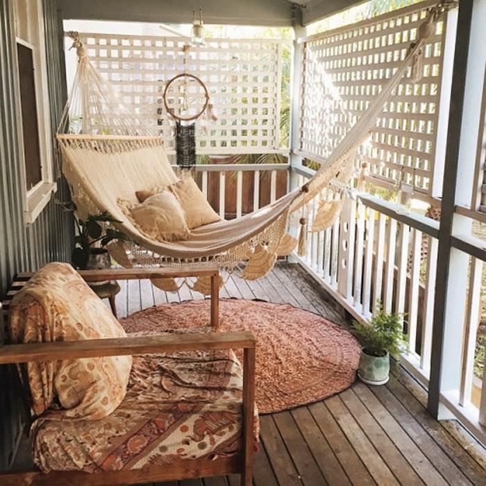 balkon-ideen-kleiner-raum-holzboden-holzsessel-runder-teppich-hängematte-traumfänger