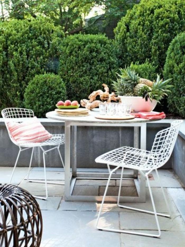 balkongestaltung-weiße-bodenfliesen-weiße-stühle-weißer-tisch-rund-frühstück-bäume
