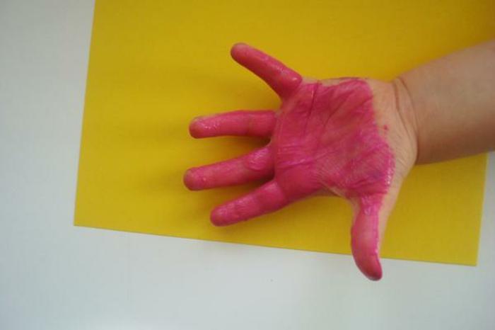 bilder mit handabdruck malen - eine idee für die kinder