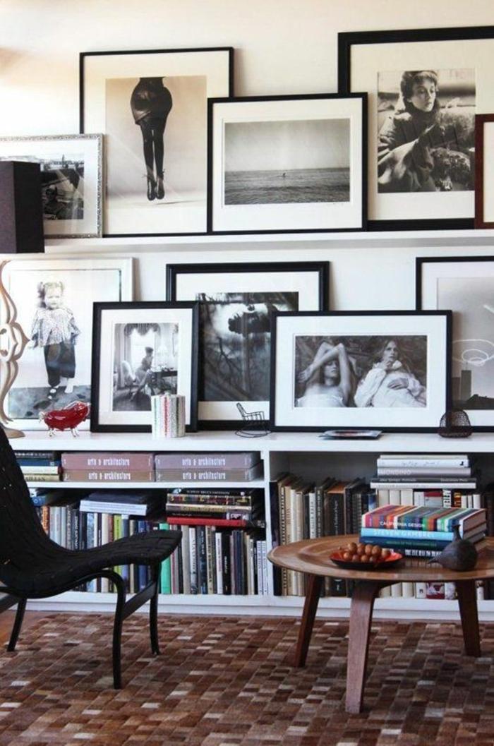 Fotoregal mit großen schwarzen Bilderrahmen in Arbeitszimmer