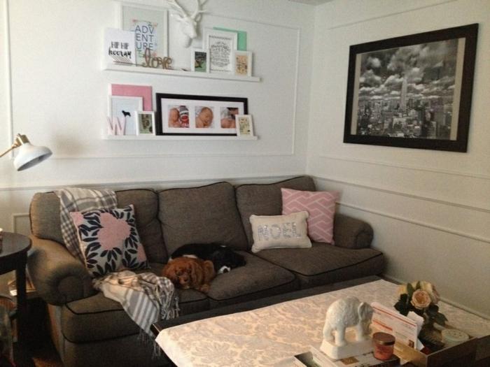 im Wohnzimmer Fotoregal installieren mit den Bilder von dem Baby