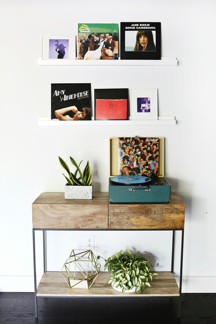 ein Plattenspieler mit Leiste für Bilderrahmen voller Platten