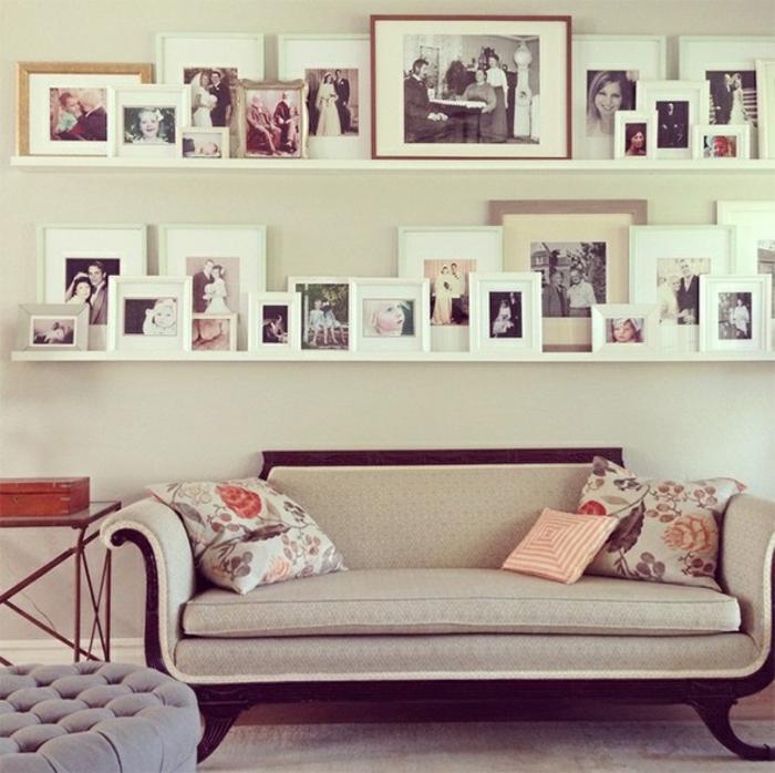 Fotoleise mit Bilder in weißen Rahmen Sofa mit bemusterten Kissen