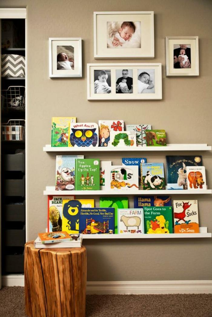 Fotoleiste mit Kinderbücher Deko auf beige Wände für einen kleinen Jungen