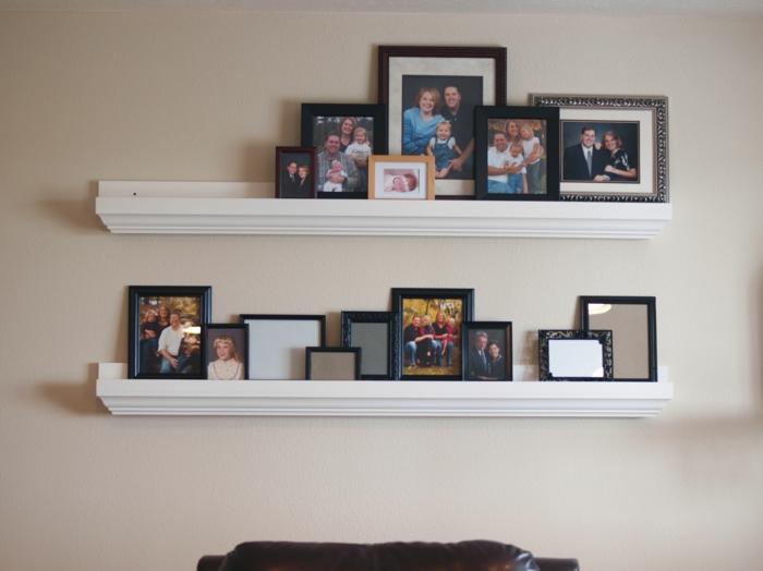 weiße Wand, schwarze Bilder, Spiegel, weiße Fotoleiste