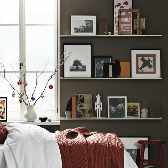 Bilderleiste dekorieren mit Zeichnungen, Spielzeuge Vase an dem Fenster, Kleines Bett mit Decke