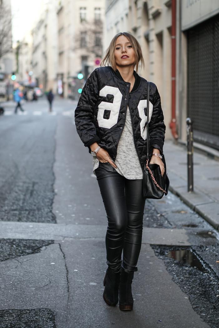 schwarzer blazer mit nummer print lederhose und ledertasche blonde frau rote lippen
