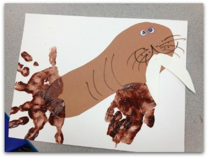 braunes walross - idee für ein bild mit handabdruck
