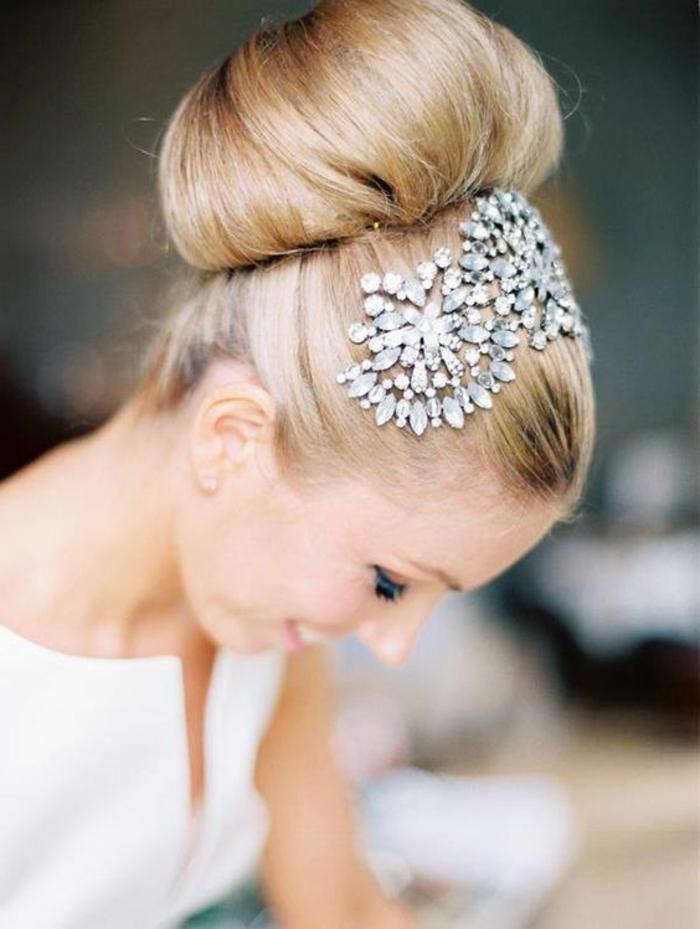 braut mit blonden haare und dut-frisur mit silbernem kopfschmuck mit kristallen