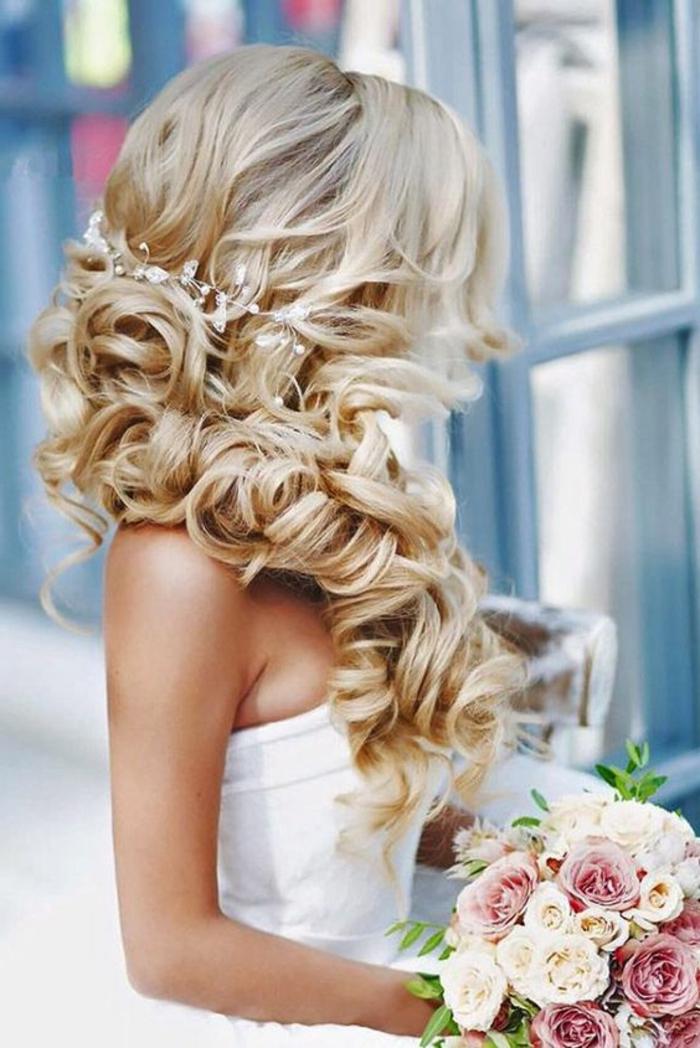 braut mit langen, blonden haaren und einer schönen hochzeitsfrisur