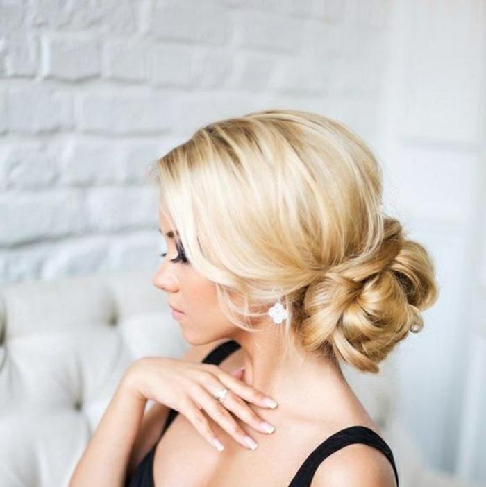 dame mit blonden haaren und fanstastischer brautfrisur