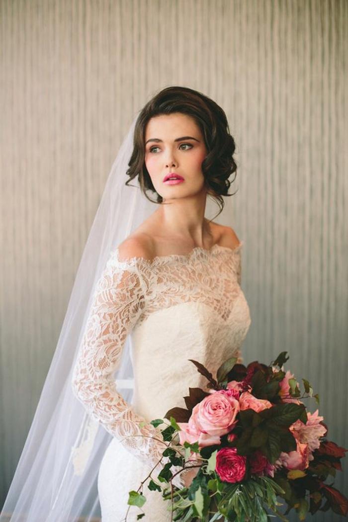 braut mit weißem kleid mit spitze und blumenstrauß mit rosen