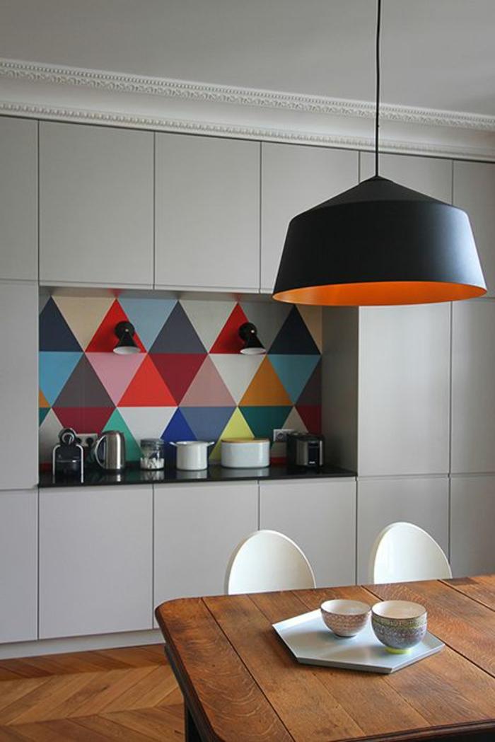 küche mit buntem küchenrückwand mit geometrischen figuren