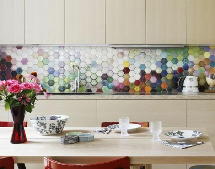 kpche in hellbraun mit bunten küchenrückwand mit mosaikfliesen