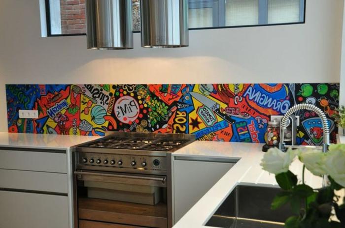 kreative wandgestaltung in der küche mit bunter küchenrückwand