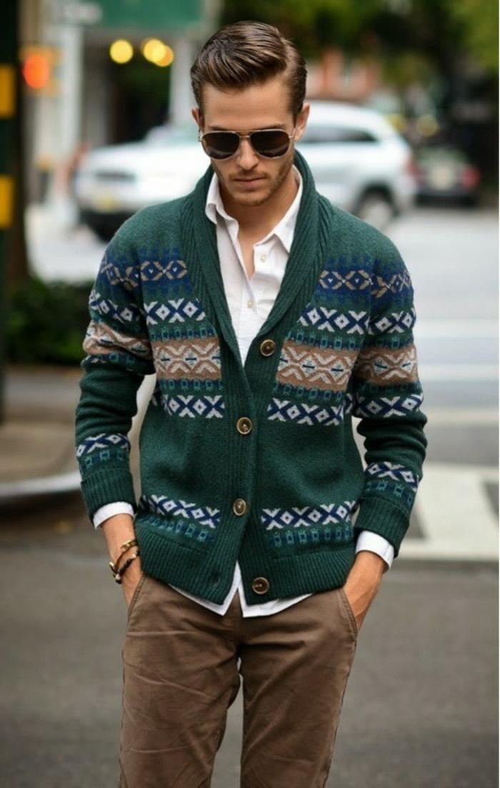 grüne strickjacke mit dekorationen männer accessoires armbänder brille braune hose weißes hemd