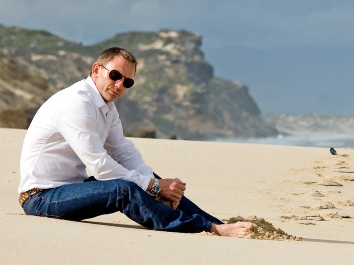 daniel craig auf dem strand jeans brauner gürtel weißes hemd brille tolle frisur armbanduhr