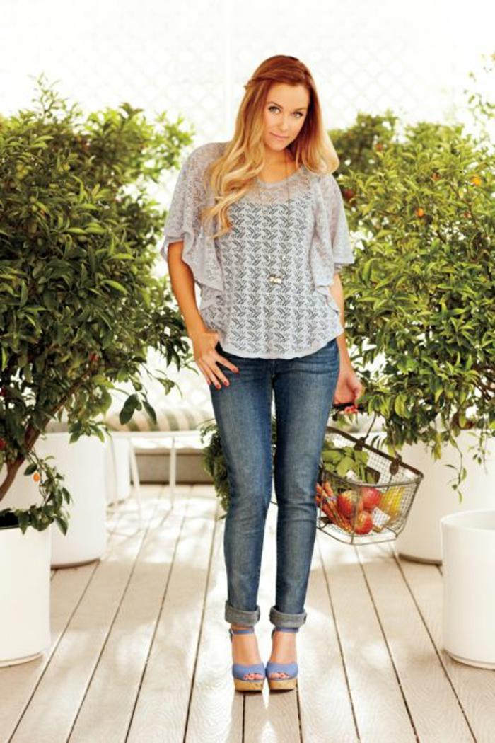 sportlich elegant jeans und sandalen transparente bluse bluse in grau lange kette einkaufen obst
