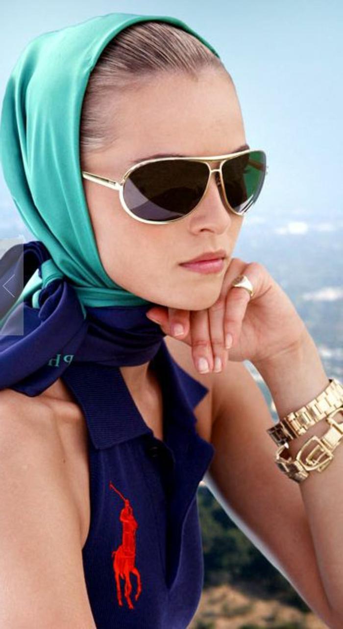 sportlich schick im sommer schal auf dem kopf brille türkis farbe armbänder ring mode