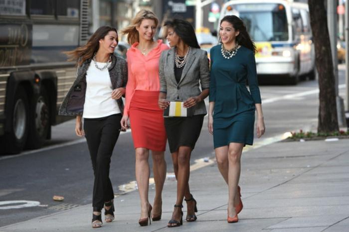 businesskleider-businessfrauen-damen-freundinnen-mittagspause-mit-den-maedels-verbringen-frauen-aktivitaeten