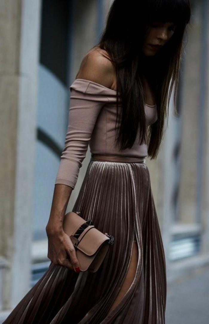 businesskleider-damen-rosa-braun-kleididee-dezente-kleiderideen-kleine-tasche-in-die-stadt-tragen-spazieren-gehen