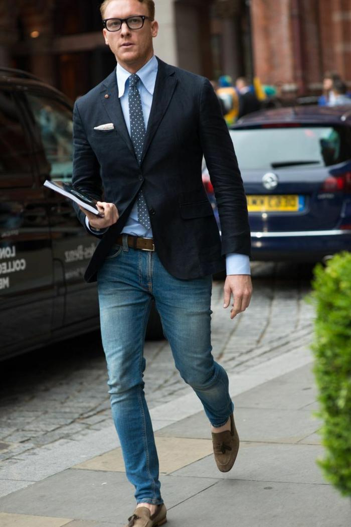 kluger junger businessman sieht besonders anziehend aus blazer jeans schlupfschuhe brille