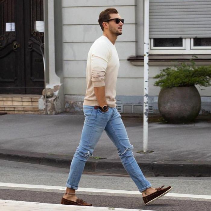 casual herren stil style sandfarbener pullover helle jeans braune schuhe und armbanduhr brille