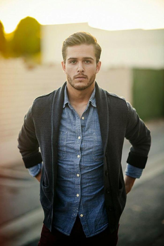 der moderne junge businessman zieht sich toll an jeans hemd und dunkelgrauer cardigan