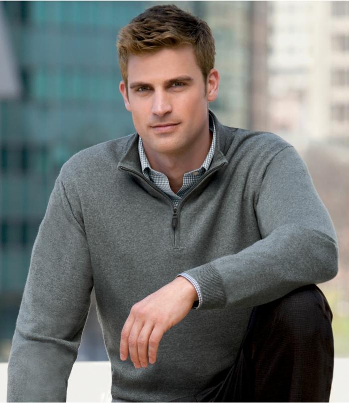 business casual herren pullover mit hemd kombination zum entnehmen schöner mann model