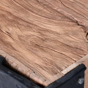 Couchtisch aus rustikalem Holz