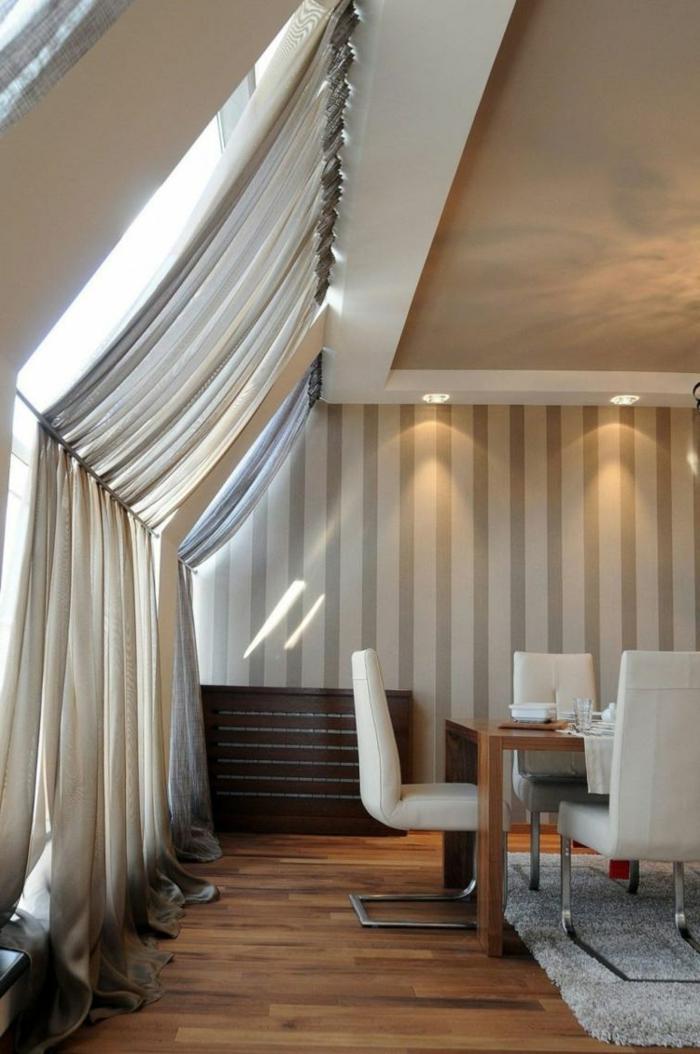 dachschräge-vorhang-im-esszimmer-fenster-schutz