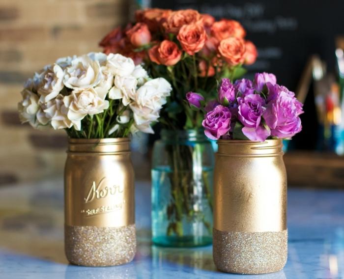 goldene Vasen mit frischen Rosen - Weckgläser dekorieren