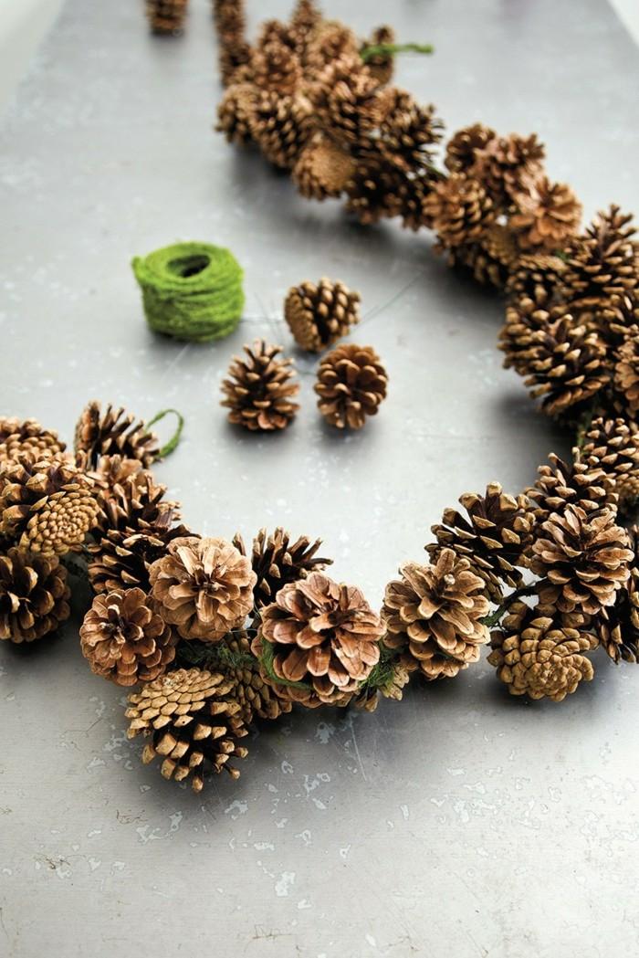 deko-mit-tannenzapfen-auf-eine-girlande-mit-grünen-faden
