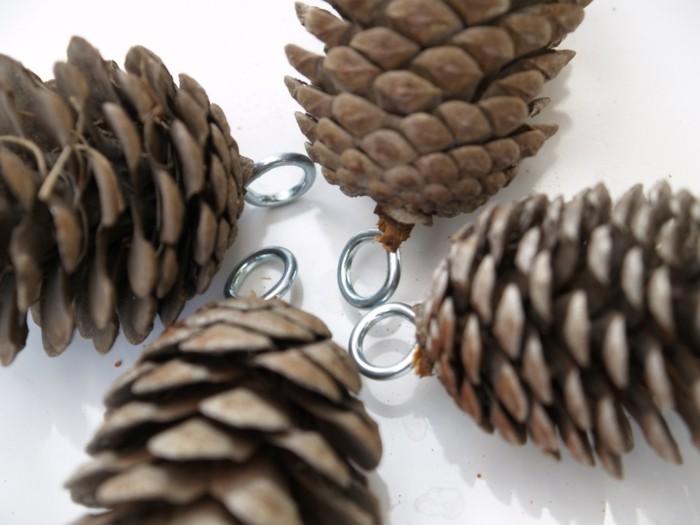 deko-mit-tannenzapfen-ausgerüstet-mit-silbernen-ringen