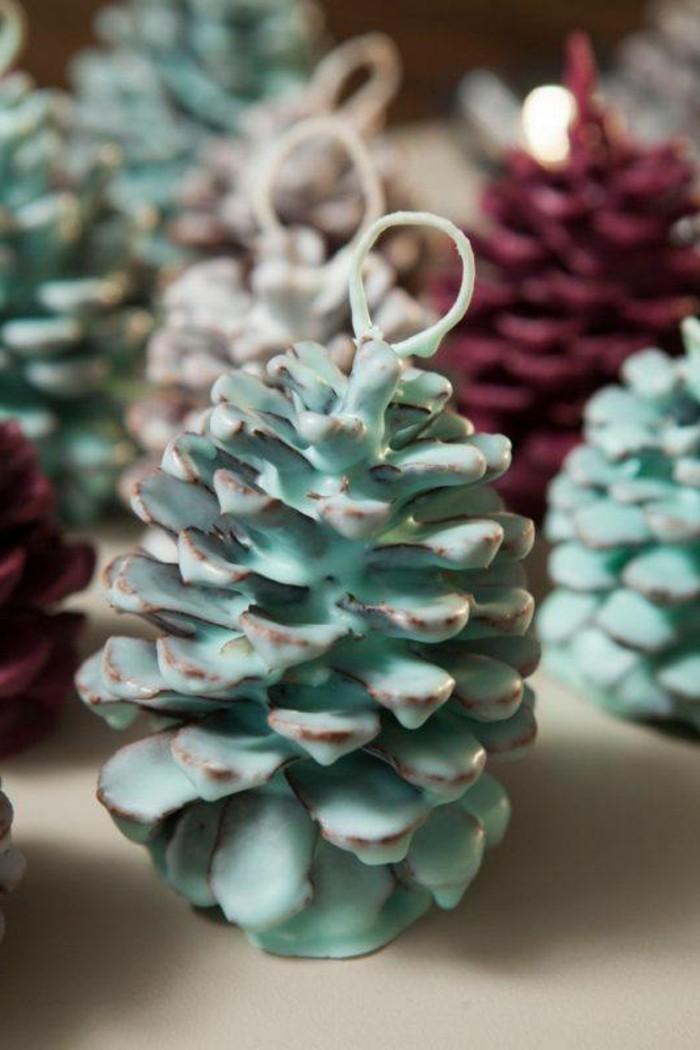deko-mit-tannenzapfen-mit-gefärbtem-wachs-übergossen-in-blauer-farbe