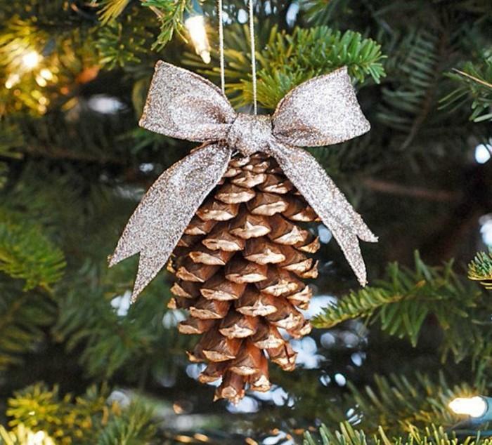 deko-mit-tannenzapfen-silberne-band-auf-dem-tannenbaum-mit-goldener-glitter