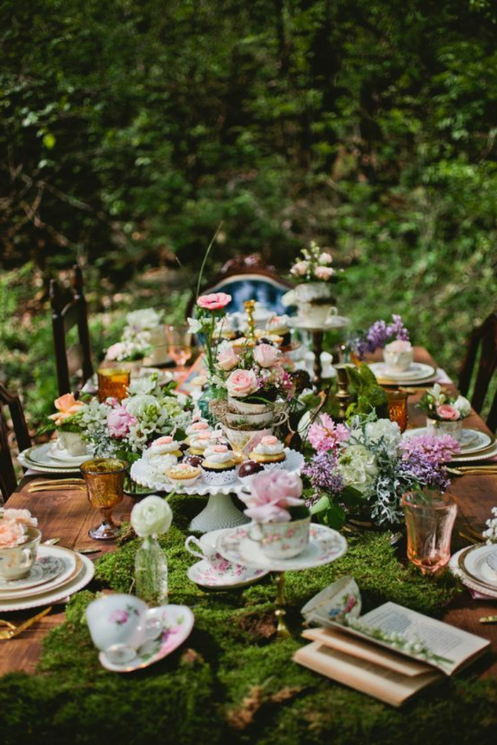 dekoideen-frühling-für-outdoor-party-rosen-cupcakes-und-ein-buch
