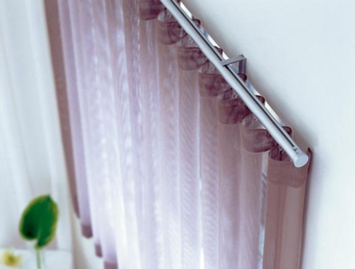 Gardinenstange aus Edelstahl fest angebracht und lila farbige Gardine