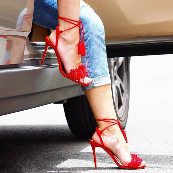 dresscode sportlich elegant rote sandalen absatzschuhe jeans auto frau fährt einen wagen