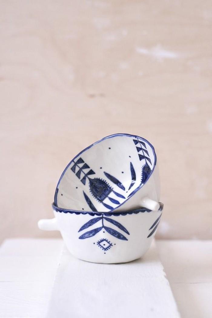 diy-tasse-mit-porzellanmaler-in-blauer-farbe-mit-blätter-motive