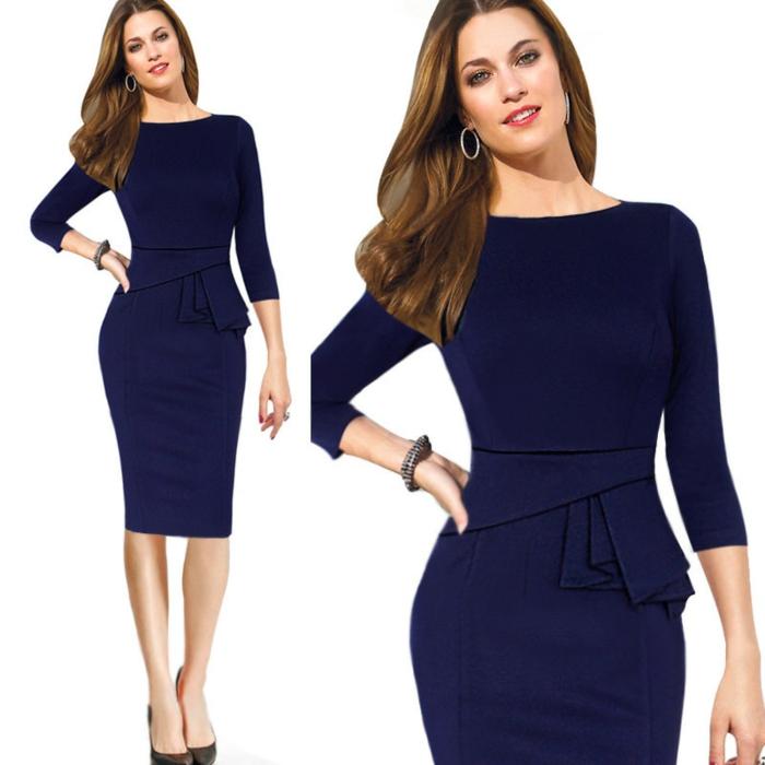 dresscode festlich dame mit knielangem kleid in dunkelblauer farbe eleganz und schönheit